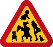 Tokig familj med krypande barn, katt, hund (amstaff)