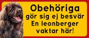 Skylt Leonberger med text: Obehöriga göre sig ej besvär