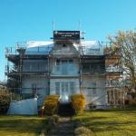 Sanering har påbörjats och sanerade ytor täcks med presseningar tills nytt tak ska läggas