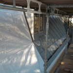 Sanerade ytor täcks därefter med presenningar för att förhindra vattenskador
