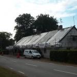 När all eternit är nedplockad täcker vi taket för att skydda emot regn. I det här fallet med högkvalitativ presenning.