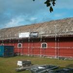 Eterniten är borta och nu påbörjas arbetet med rivning av resten av taket