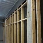 En sanerad vägg. Resterande gips har demonteras sen har väggen sanerats från asbestskivor och underliggande även underliggande isolering har tagits bort.