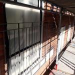 Täckning skyddar fönster från ev stänk/repor och luftintag för att förhindra att damm att tränga in i lägenheten.