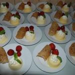 Hemgjord mango & passionsglass med valnötsflarn och jordgubbar.