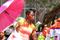 SYDAFRIKA 2014 Svart kvinna med solparasoll I 150 dpi