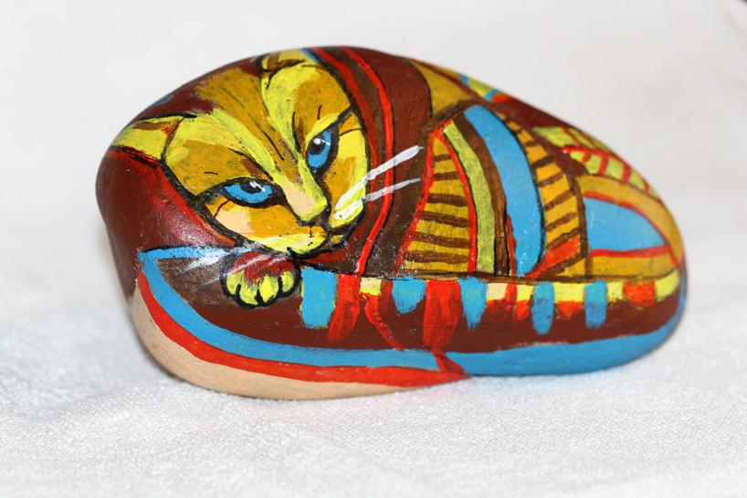 Katten Cezar, akryl på sten, 15 cm