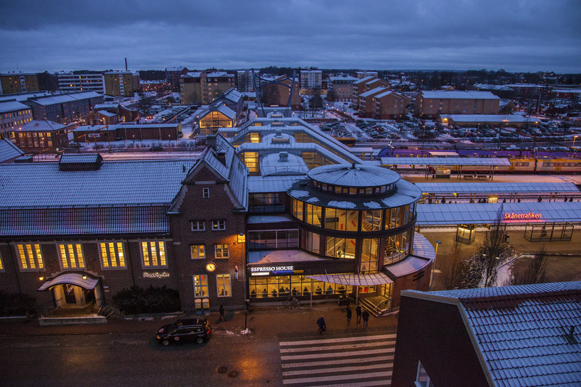 Vacker utsikt i skymningen över järnvägsstationen och stadsdelen Väster.