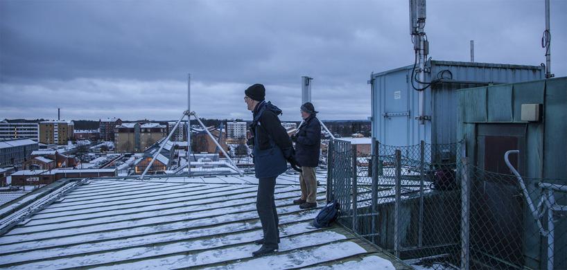 I lä för nordanvinden på taket till fastigheten strax ostnordost om järnvägsstationen