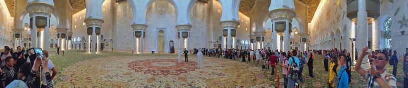 En av världens vackraste moskéer; Shejk Zayedmosken i Abu Dabi. Byggkostnad: 2 miljarder USdollar!