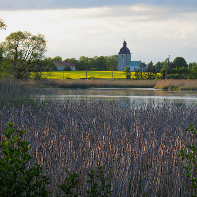 Viby kyrka, sedd från Herculesdammarna