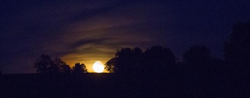 Månen går upp över Äspethöjden just när en ny dag börjar - Sveriges nationaldag!