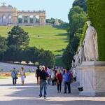 ÖSTERRIKE 2015 Schönbrunn slott statyerna 150 dpi