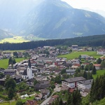 ÖSTERRIKE 2015 Alperna Alpby med kyrka  150 dpi