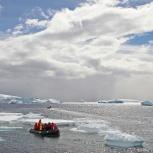 Antarktis 2012 Havsis med zodiak I kopia