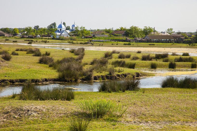 Byn Caraoman ligger på en stor sanddyn mitt ute i deltat - här tycks tiden ha stått stilla i många år.