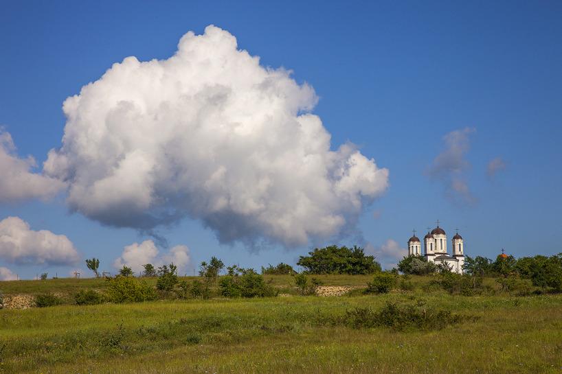 Det vackra klostret söder om samhället Babadag - här sjöng ortolansparvarna på sluttningarna.