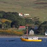 Antarktis 2012 Carcass Island båt och hus kopia