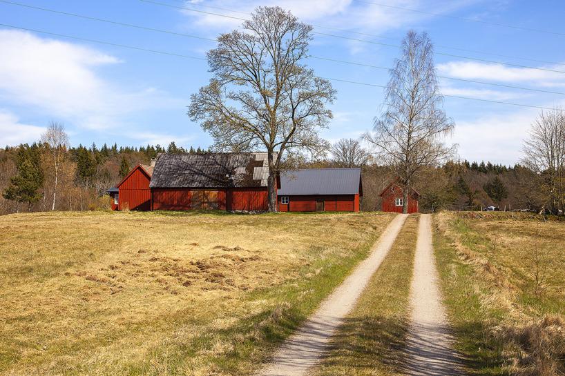 2017-05-04: Doktor Mårtenssons gård ligger vackert på en kulle.