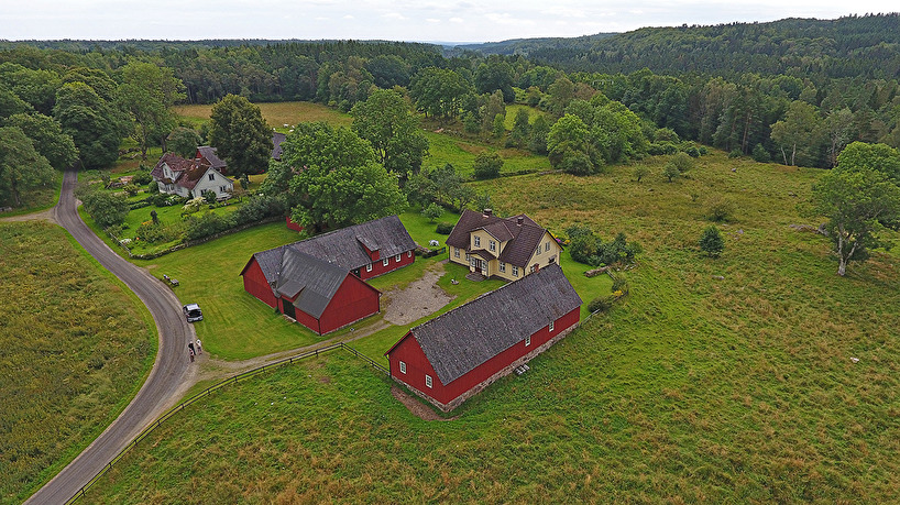 2017-08-11: Haraldssons gård i Aggarps by och med blomsterängarna till höger om gården