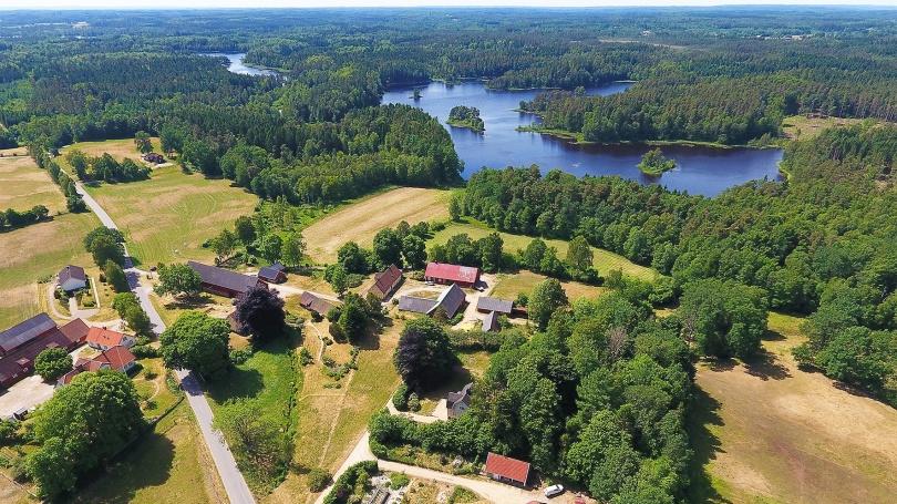 2018-06-09: Änglarps by med Gårdsjön och Möllesjön i fjärran.