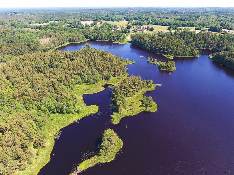 2018-06-09: Gårdsjön med Änglarps by i fjärran.