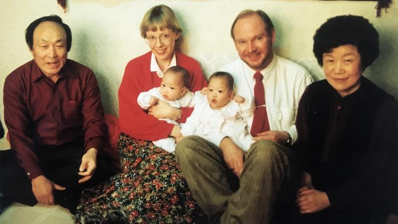 Vi träffar Hanna och Linnea för första gången i Seoul i februari 1990