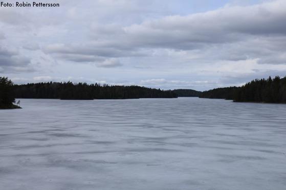 Utsikt över ett istäckt Likstammen. Högholmen och Djupsundet syns.