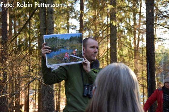 Per Folkesson från Länsstyrelsen berättar om naturvårdsbränningen vid Fräkenkärret
