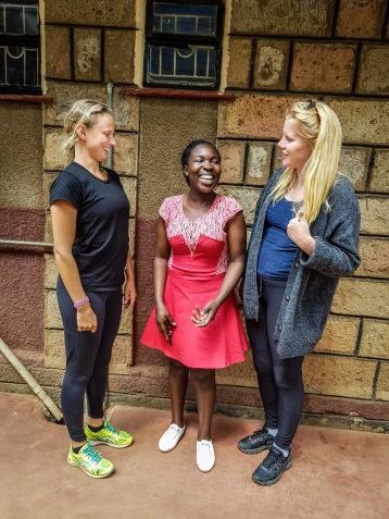 Anna (t.h.) och Linnéa (t.v.) samtalar med en av alla engagerade ledare på Ingemar Ericsson Learning Center