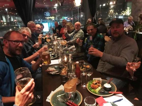 Efter målgång samlades alla till gemensam middag med artgenomgång. Till höger i bild Timo Samanen i det vinnande laget Norråvaskådarma. Foto: Eva Stenvång Lindqvist