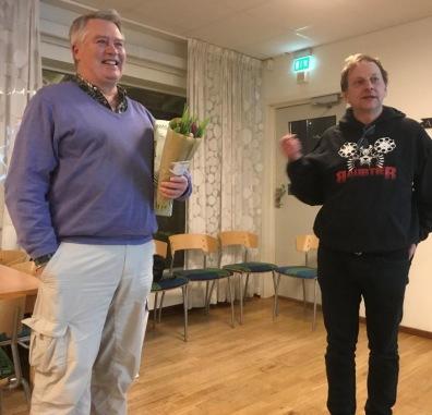 Lars Persson avtackades efter 28 år som ledamot och revisor i VFK. Tom Arnbom höll tal.