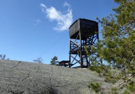 Utkikstornet är beläget uppe på en klippa som kan vara hal vid fuktigt väder och vintertid. Foto: Eva Stenvång Lindqvist