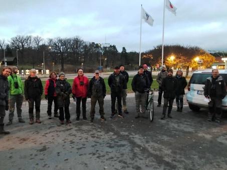 Deltagarna samlade vid artgenomgången utanför Runda huset. Foto: Maria Böhm