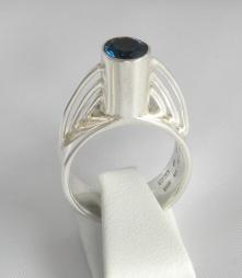 Öresund   Ring i silver med en topas, inspirerad av Öresundsbron.
