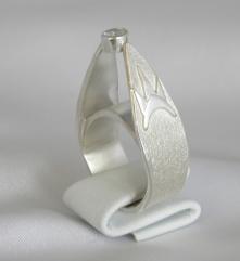New York bild 1 Ring i silver med en vit safir inspirerad av byggnaderna i New York