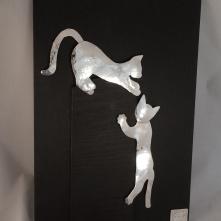 Kattlek, tavla med silvermotiv 30 hög 21 cm bred