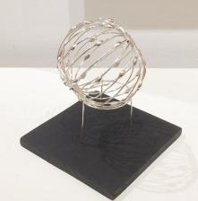 Pulserande kosmiskt klot   Skulptur i silvertråd som är ca 8-9 cm i diametern.