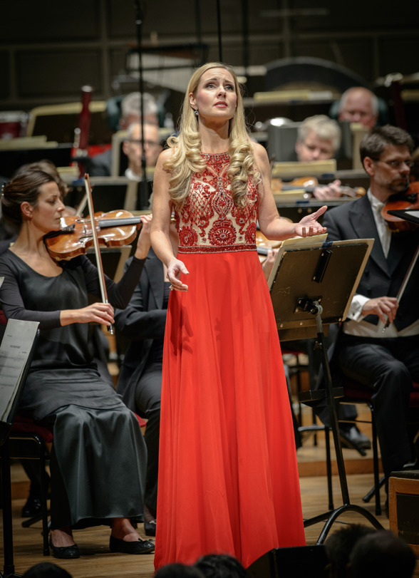 "Hannah Holgersson singing ""O dessa ögon"" at the final concert of the Hillborg festival. Photo: Jan-Olav Wedin"