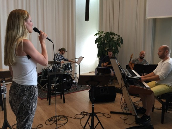 Hannah Holgersson singing with the band; Jonathan Lindh, Magnus Ahlgren, Erik Mjörnell and Joakim Holgersson