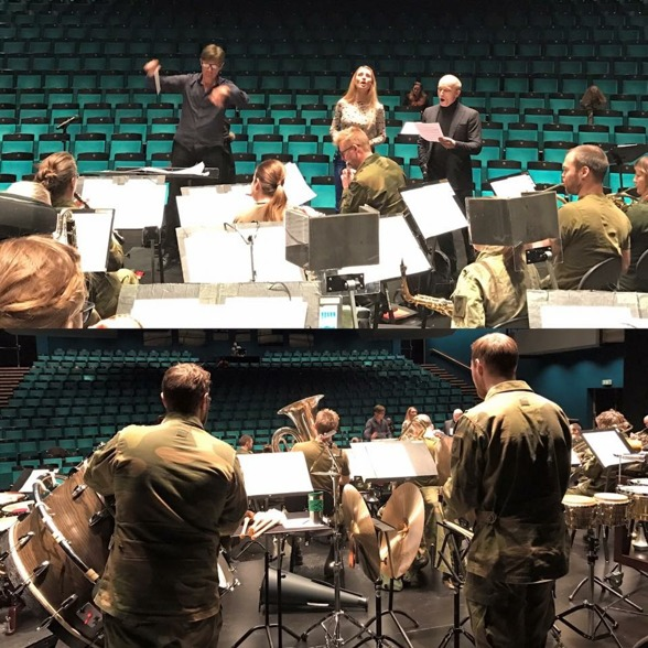 Conductor Hannu Koivula, Hannah Holgersson, Åsleik Engmark and Forsvarets Musikkorps Nord-Norge during rehearsal. Photo: Forsvarets Musikkorps