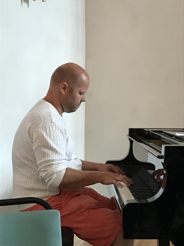 Joakim Holgersson performing.