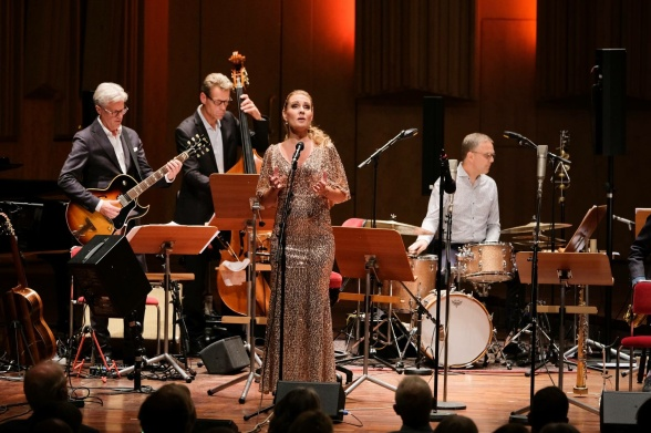 Hannah Holgersson and jazz ensemble (from the left: Mats Bergström - guitar, Christian Spering - bass, Peter Danemo - drums) Photo: Arne Hyckenberg