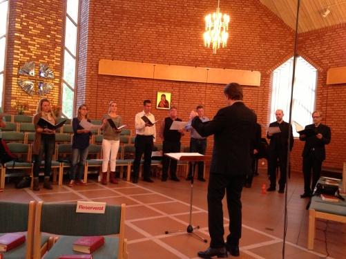 The Eric Ericson Chamber Choir and conductor Fredrik Malmberg during dress rehearsal in Trollbäckens kyrka.