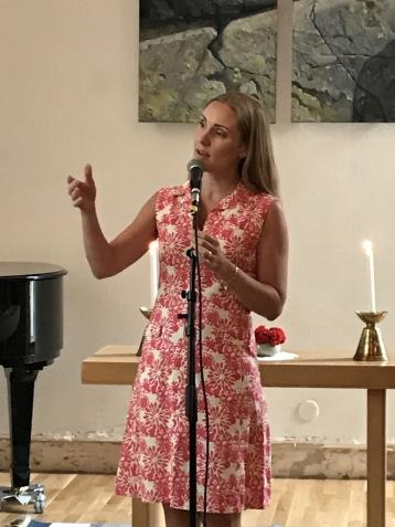 Hannah Holgersson singing at season upbeat at Bromma Folkhögskola