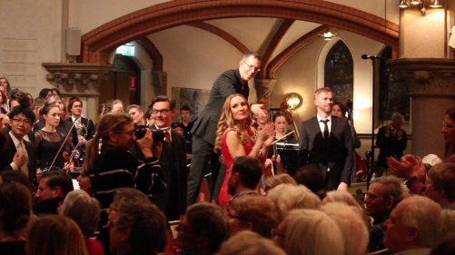 The soloists Michael Axelsson, Hannah Holgersson, Carl Ackerfeldt, conductor Pär Olofsson, choir and orchestra, all greated by the audience! Photo: Björn Ehnberg
