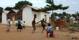 Barnen spelar fotboll
