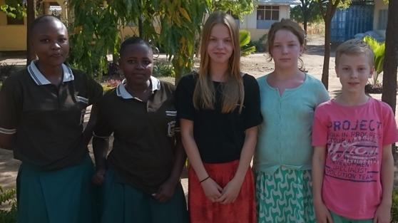 Happy, Siah Frida, Greta och Joel på Faraja Seminary utanför Moshi