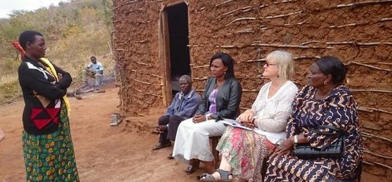 Eva, Kerstin och Ester talar med släktingar till Nancy och Wema