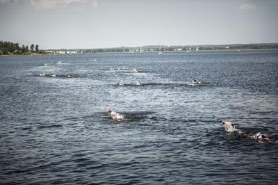 foto:karlstadswimrun.se;Utmanande, men skön simning..Målet var att sikta mot de två tallarna, sedan var det en bit till efter det..